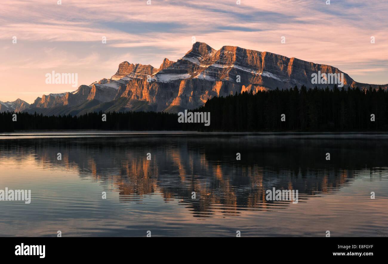 Montare Rudle riflessa in due Jack Lake, il Parco Nazionale di Banff, Alberta, Canada Immagini Stock