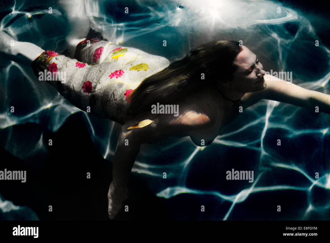 Donna di nuoto in sarong Immagini Stock