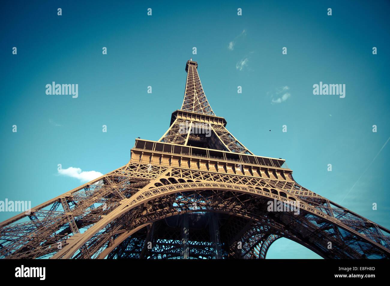 A basso angolo di vista della Torre Eiffel, Parigi, Francia Immagini Stock
