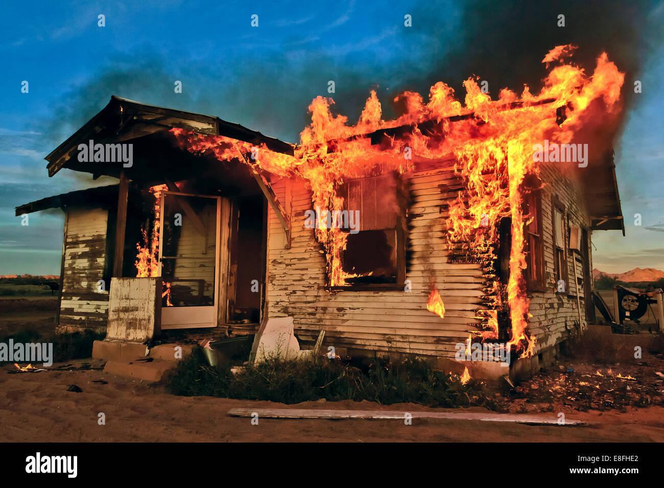 Casa abbandonata sul fuoco, Gila Bend, Arizona, America, STATI UNITI D'AMERICA Immagini Stock