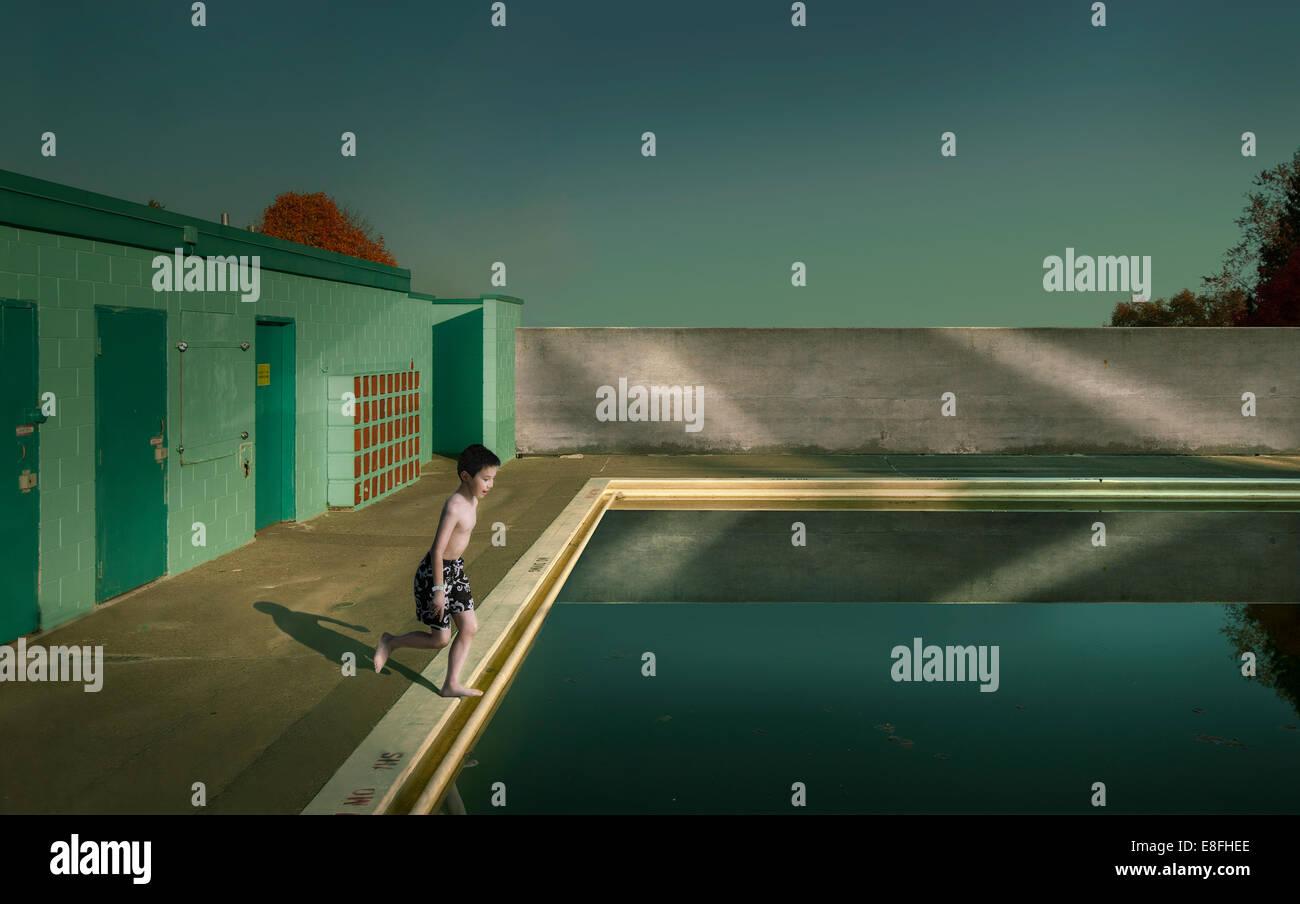 Canada|, British Columbia, maggiore di Vancouver distretto regionale, Vancouver, ragazzo (10-11) il salto in piscina Immagini Stock