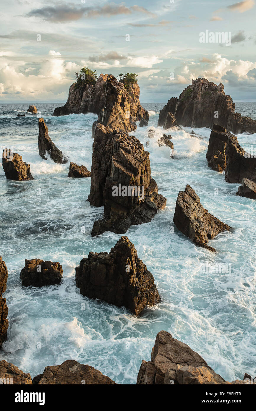 Indonesia, Lampung, rocce maestose in mare Immagini Stock