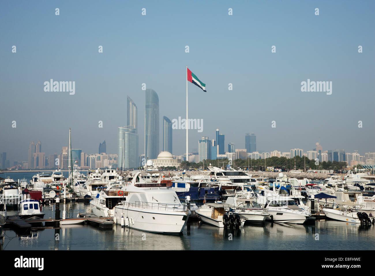 Emirati Arabi Uniti, Abu Dhabi Skyline con il porto in primo piano Immagini Stock