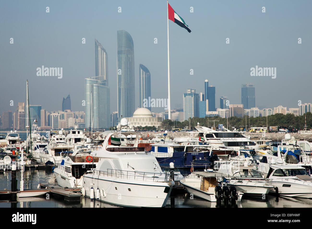 Emirati Arabi Uniti, Abu Dhabi Skyline con il porto e le barche in primo piano Immagini Stock