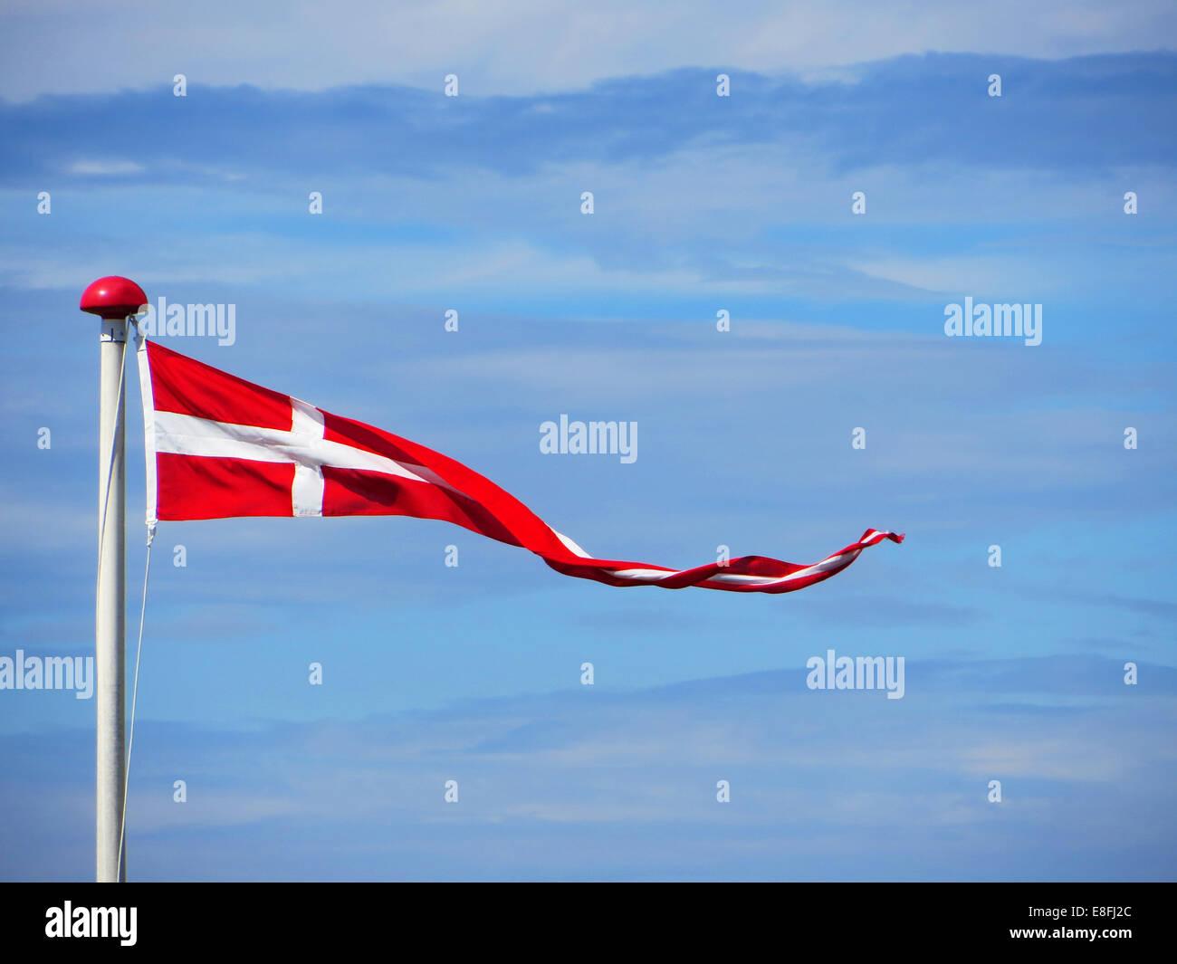 Pennant danese bandiera contro parzialmente nuvoloso cielo, Danimarca Immagini Stock