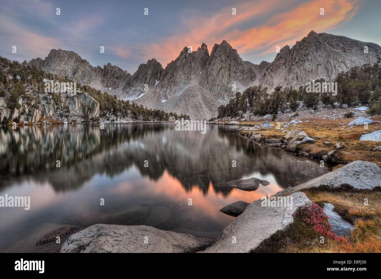 Stati Uniti, California, Sierra Nevada, gamma sera riflessioni di Kearsarge Pinnacoli Immagini Stock