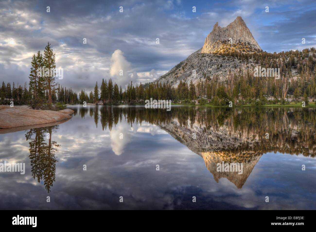 Stati Uniti d'America, in California, del Parco Nazionale Yosemite, pomeriggio riflessioni in Cattedrale il Immagini Stock