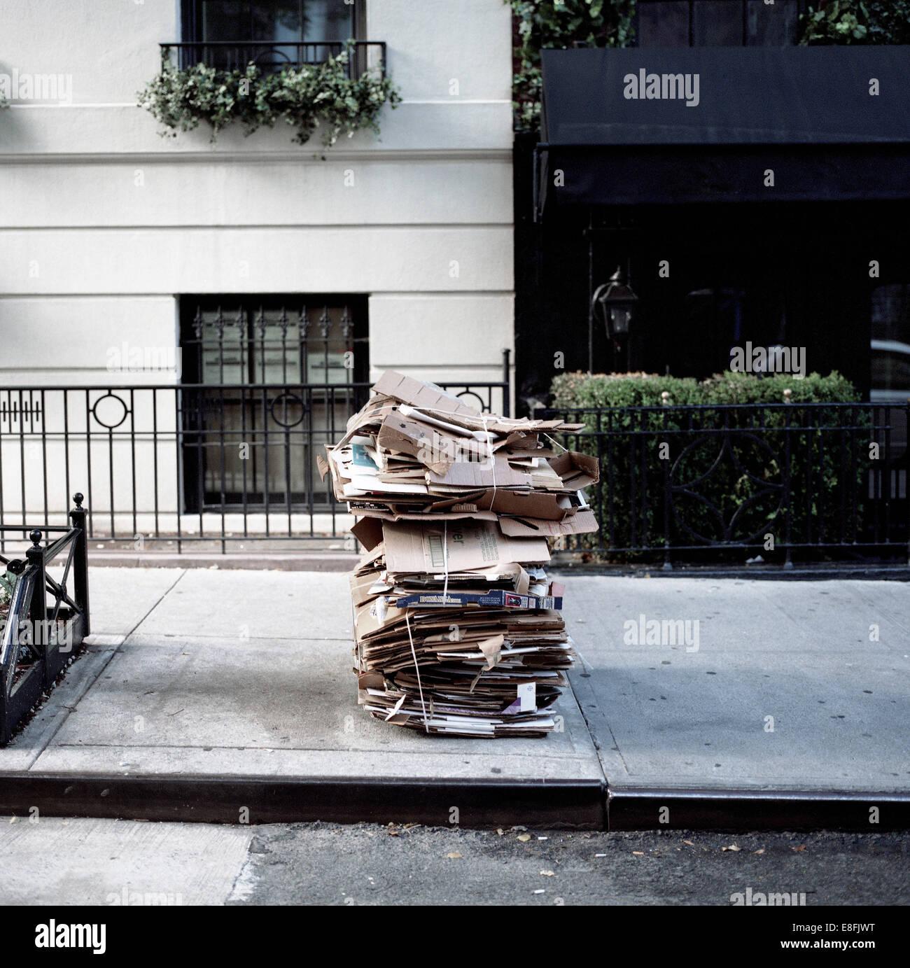 Scatole di cartone sulla strada per il riciclaggio, New York, America, STATI UNITI D'AMERICA Immagini Stock