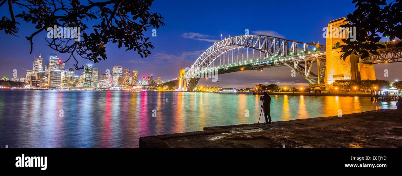 Australia, Nuovo Galles del Sud, Sydney, illuminato cityscape al crepuscolo Immagini Stock