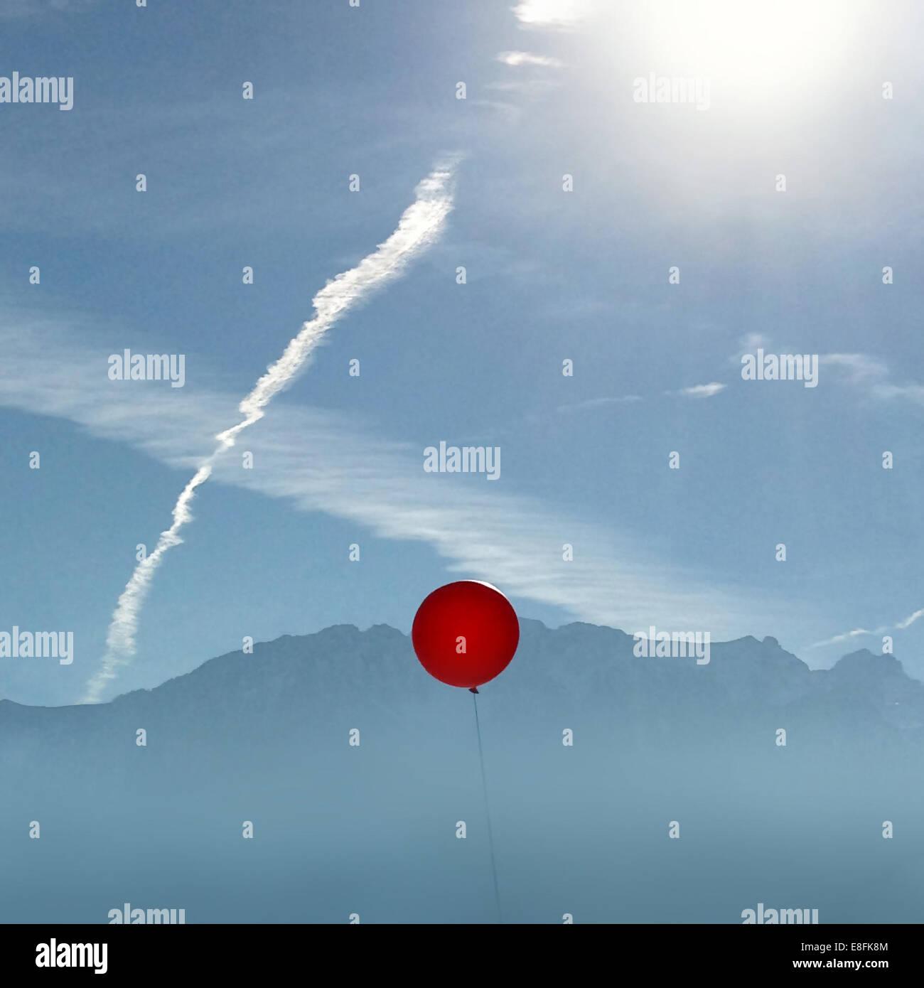 La Svizzera, Vaud, palloncino rosso nel cielo Foto Stock