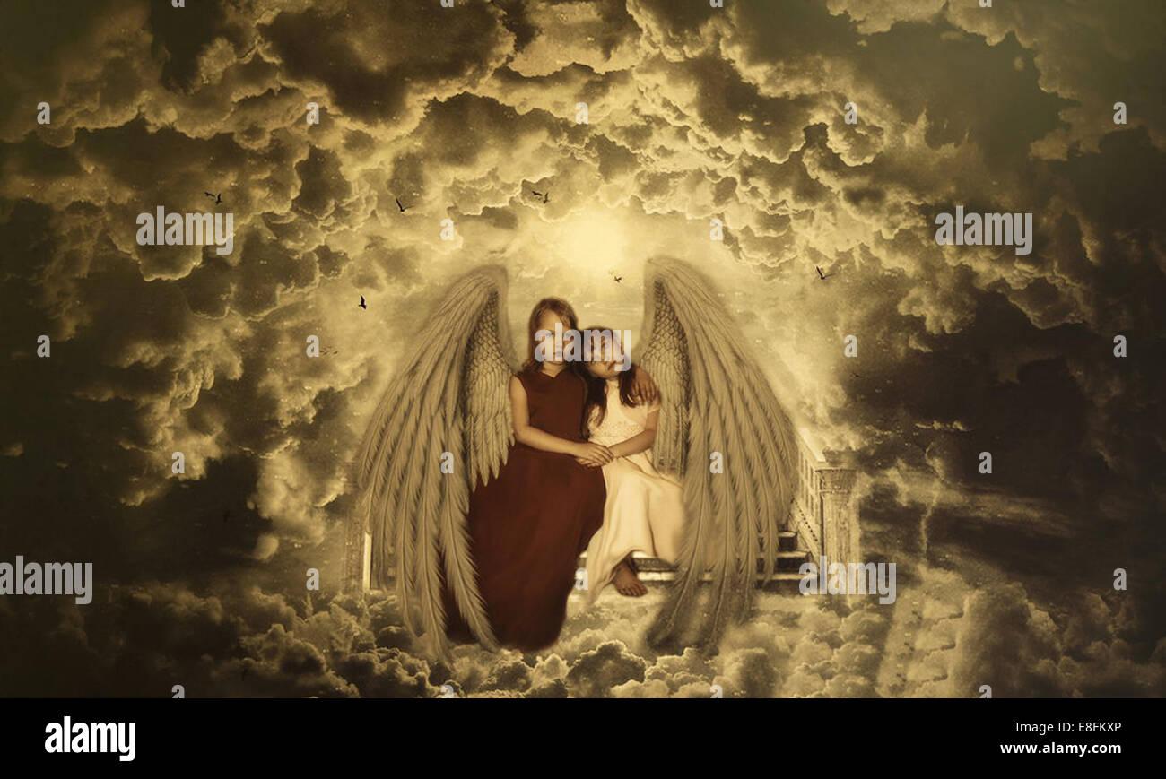 Piccoli Angeli seduti sui gradini verso il cielo Immagini Stock