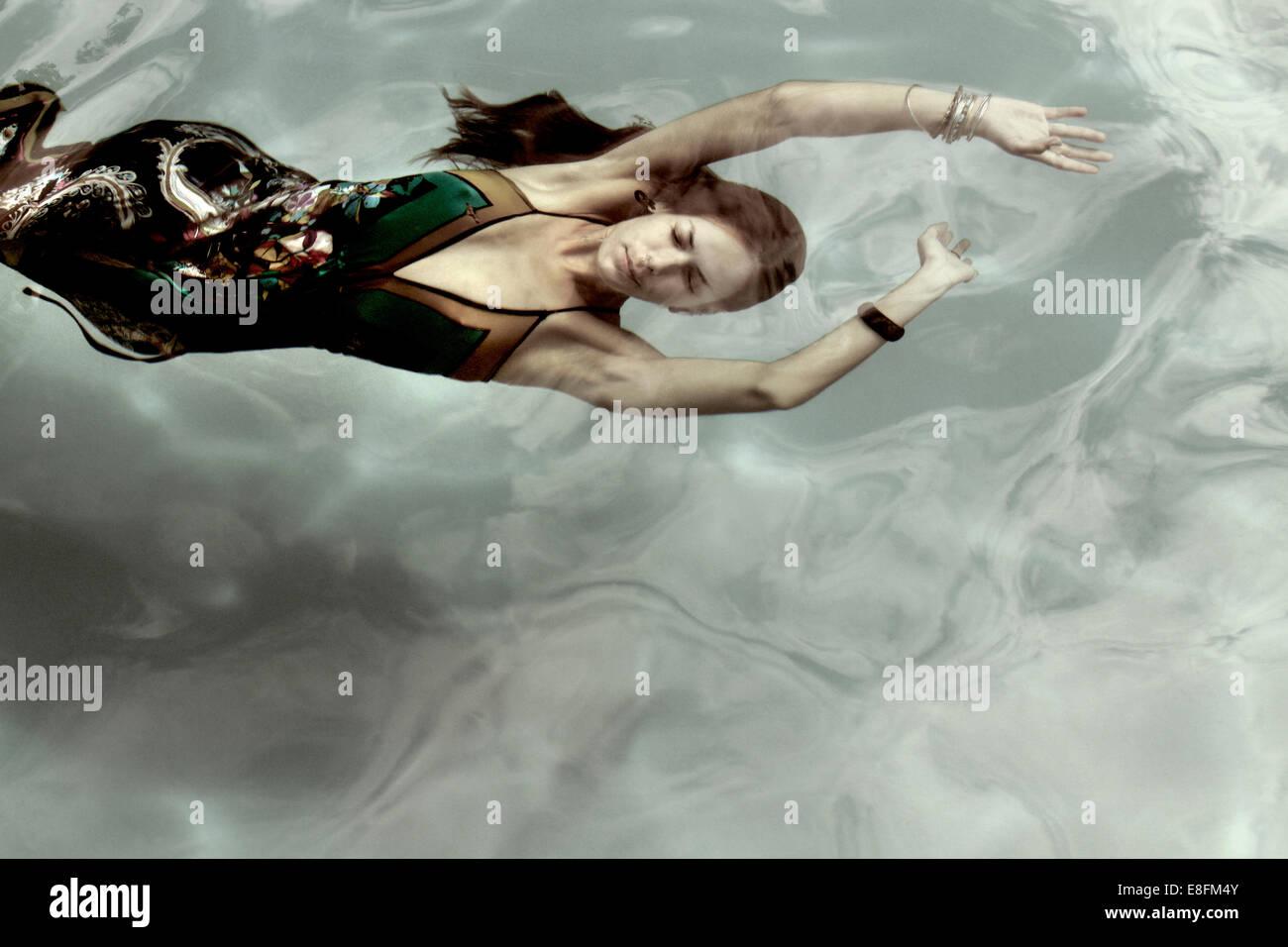 La donna in un abito Underwater Immagini Stock