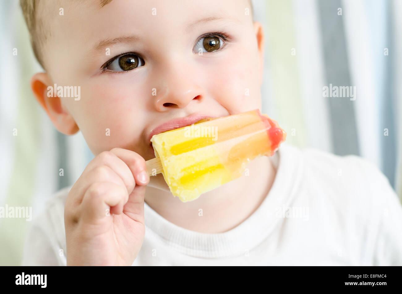 Baby boy mangiare per lecca-lecca di ghiaccio Immagini Stock