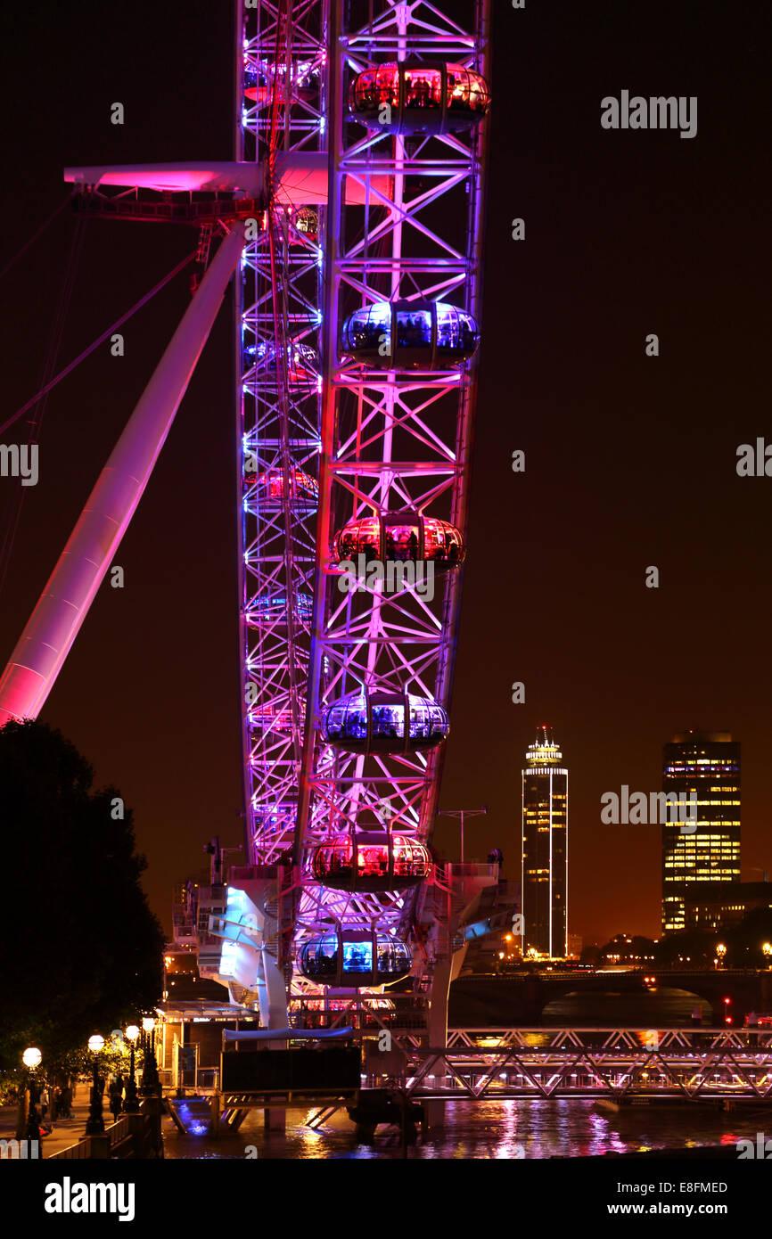 Regno Unito, Inghilterra, London, London Eye con la Vauxhall e Torre Millbank Tower in background Immagini Stock