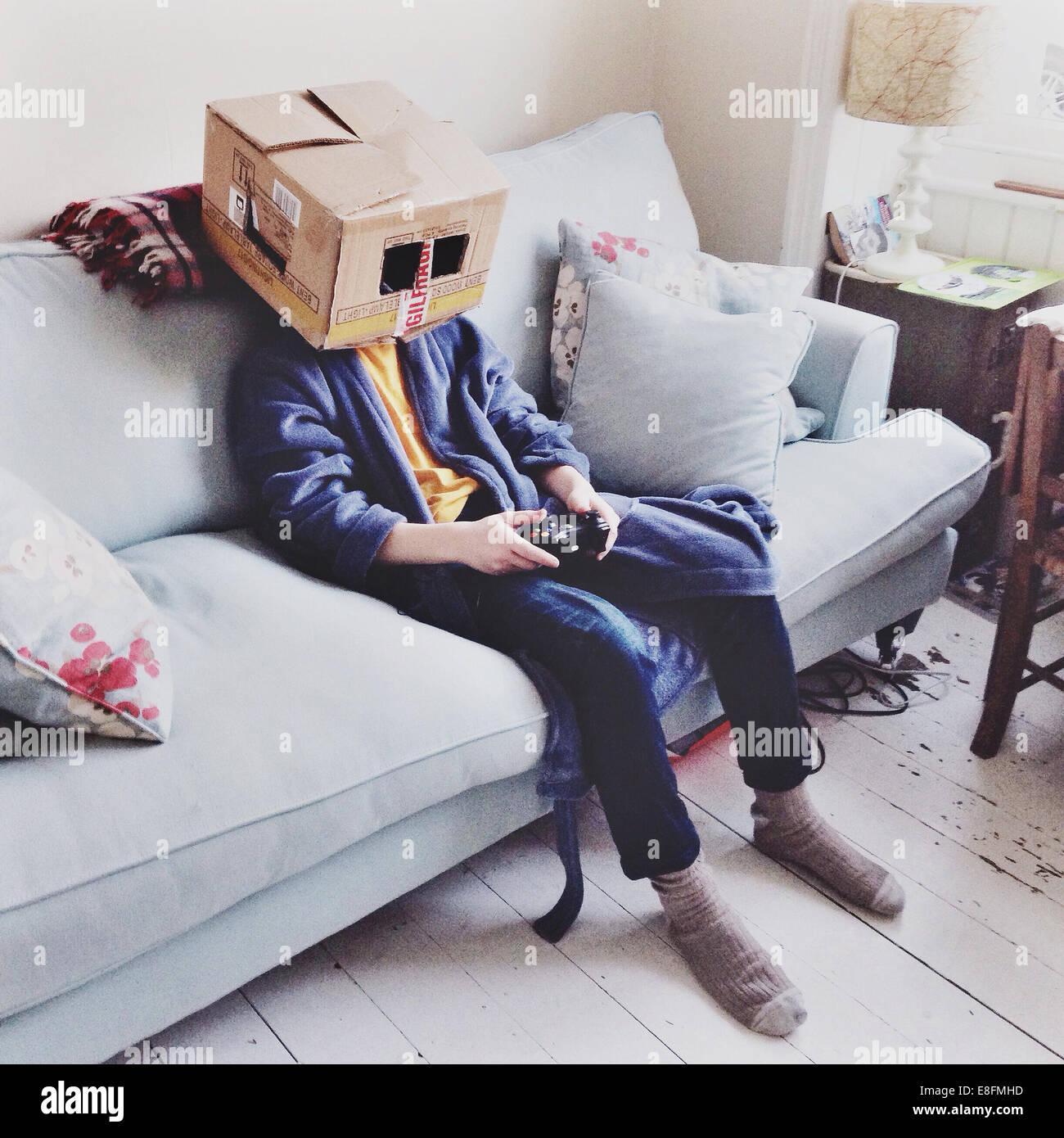 Regno Unito Inghilterra Brighton, scatola testa (12-13) di guardare la televisione Immagini Stock