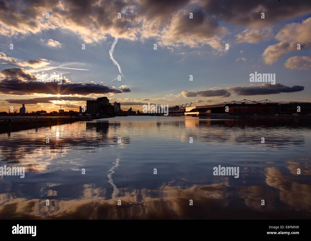 Regno Unito, Inghilterra, Londra, Royal Victoria Docks a Canary Wharf Immagini Stock