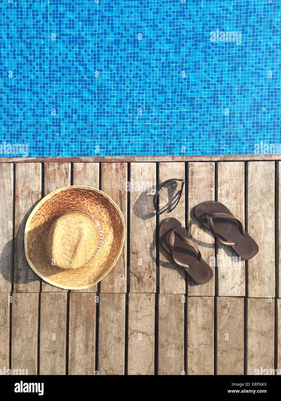 Cappello per il sole, flip-flop e occhiali da sole da piscina Immagini Stock