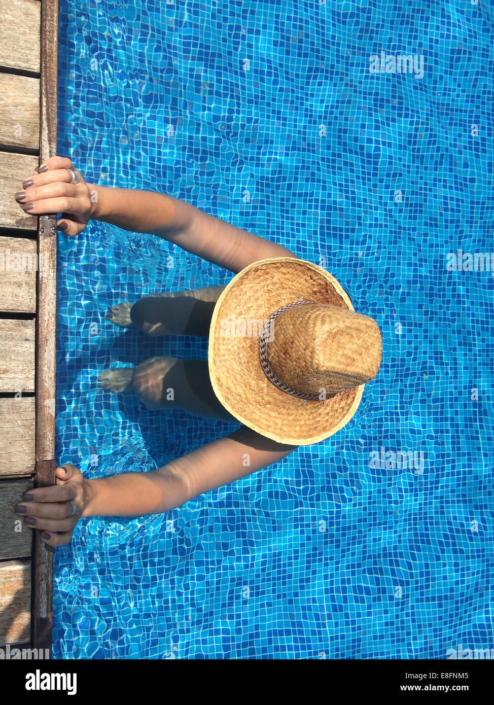 Donna che esercitano in piscina Immagini Stock