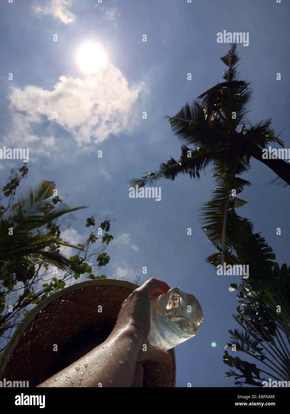 Donna acqua potabile in clima caldo Immagini Stock