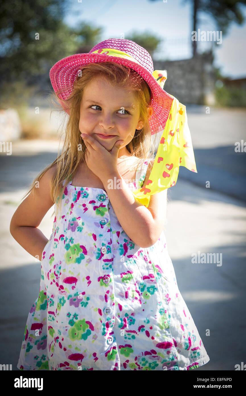 Vista frontale di una ragazza che indossa estate hat Immagini Stock