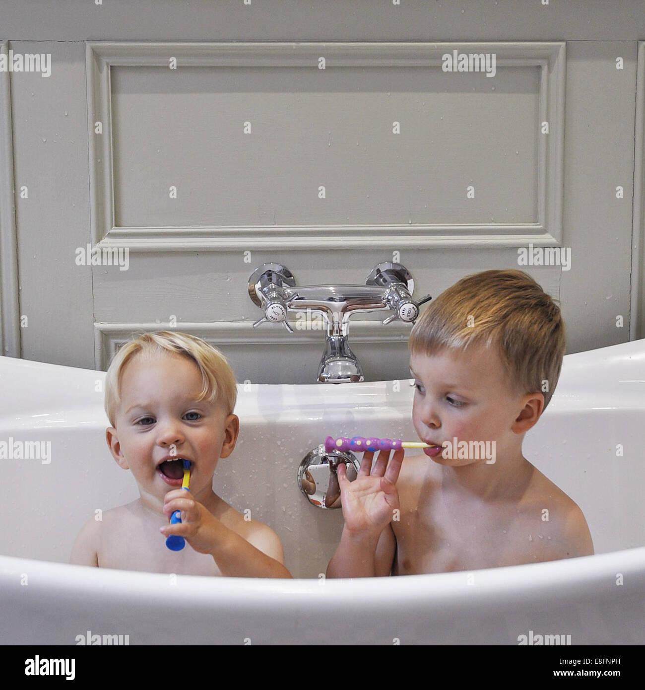 Bambino Nella Vasca Da Bagno.Due Ragazzi Seduti Nella Vasca Da Bagno Lavarsi I Denti Foto Stock Alamy