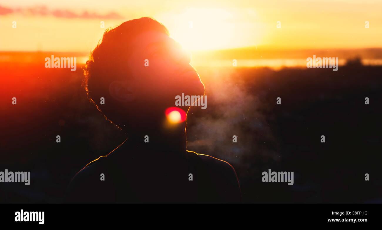 Silhouette di uomo al tramonto Immagini Stock
