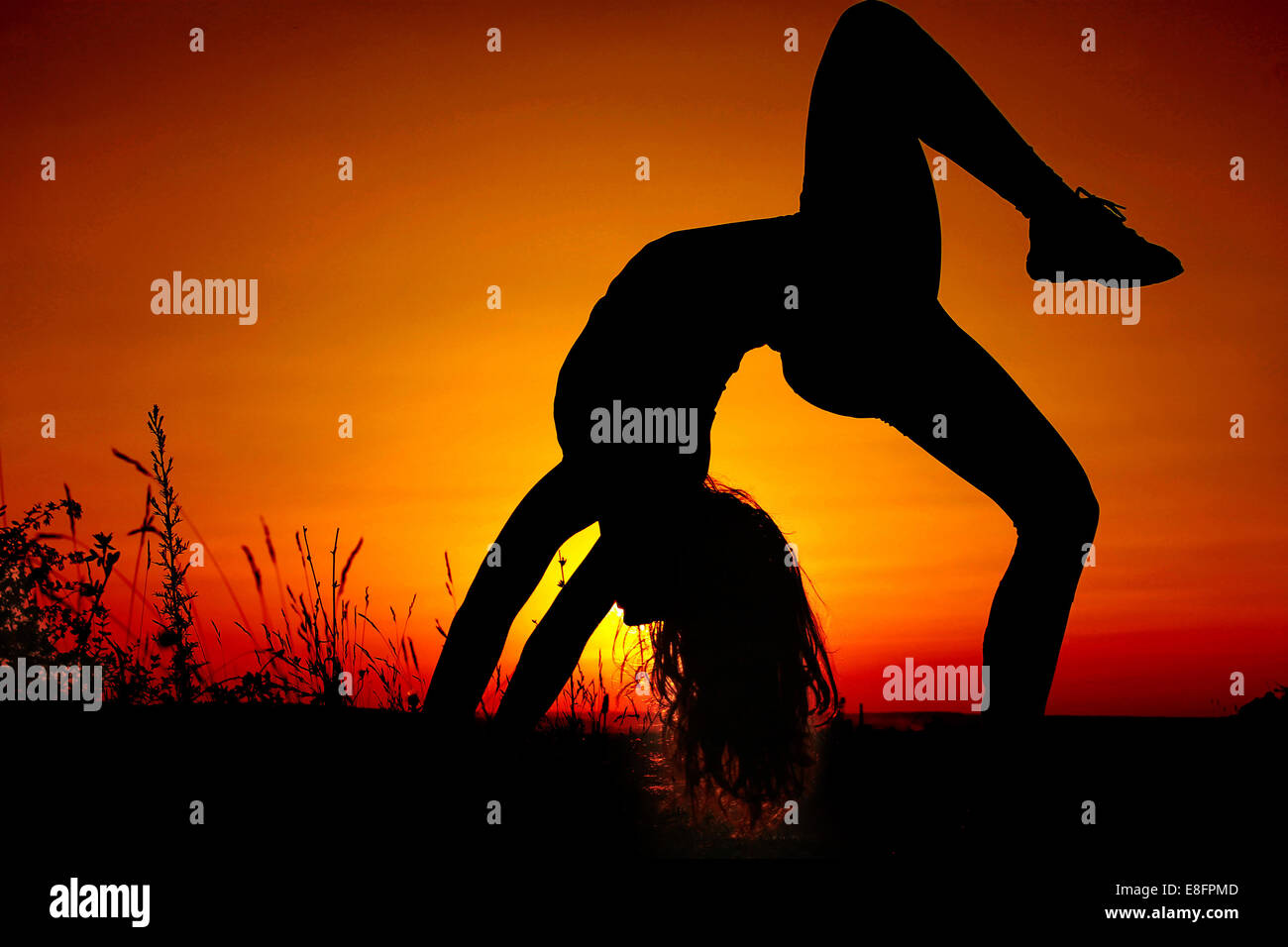 La ragazza (11-12) facendo ginnastica Immagini Stock