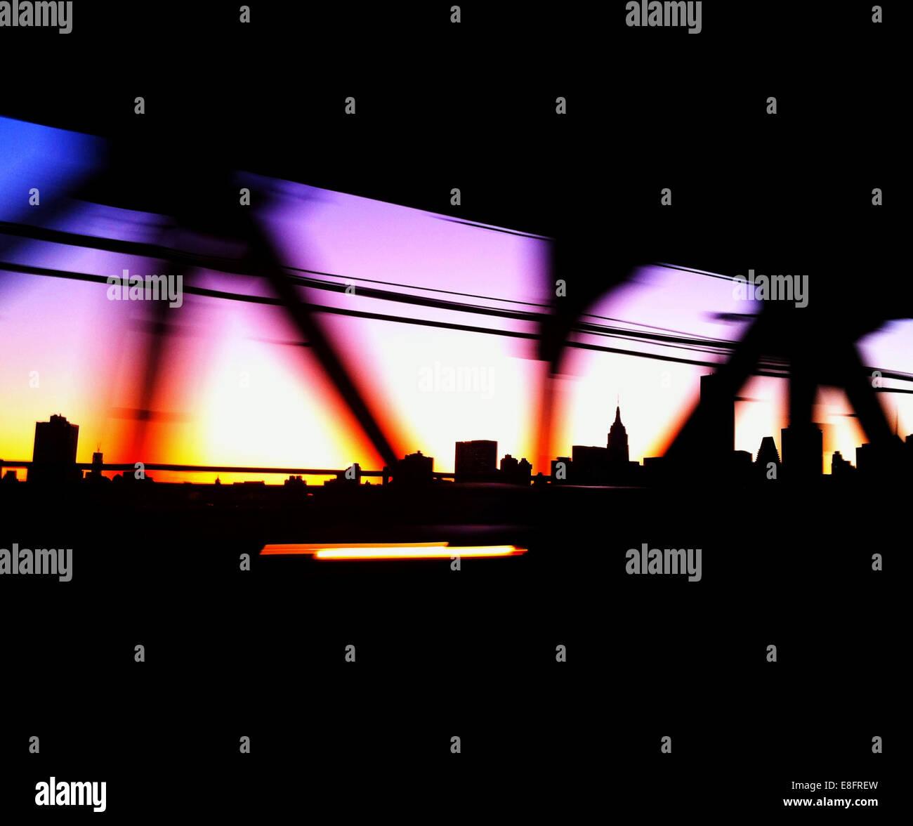 Stati Uniti d'America, New York City, Manhattan Bridge colorato e dello skyline della città Immagini Stock