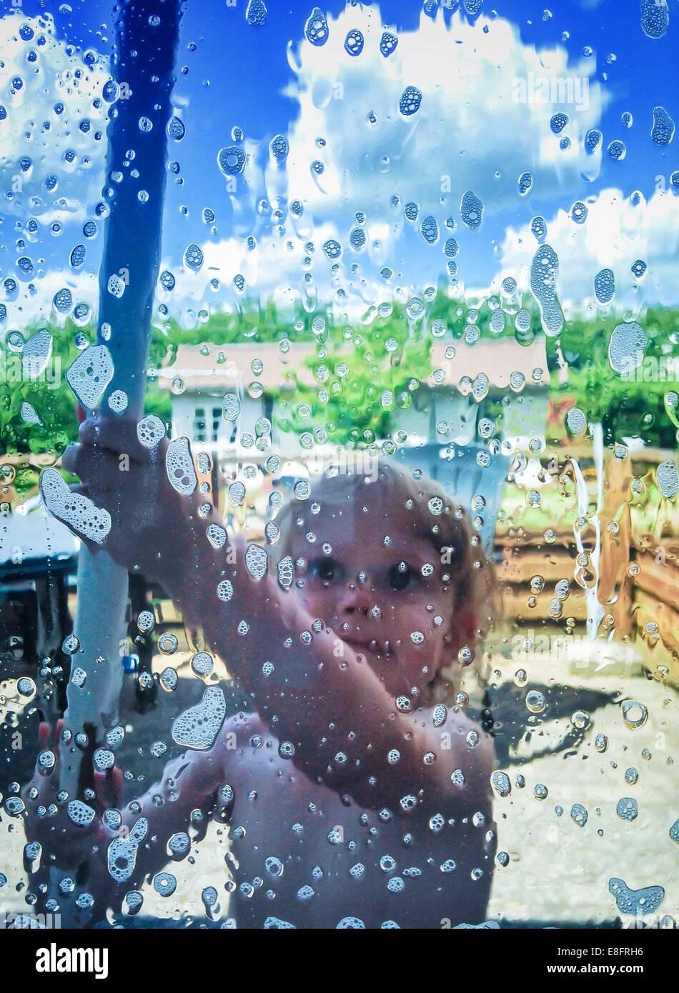 Ragazzo il lavaggio di windows Immagini Stock