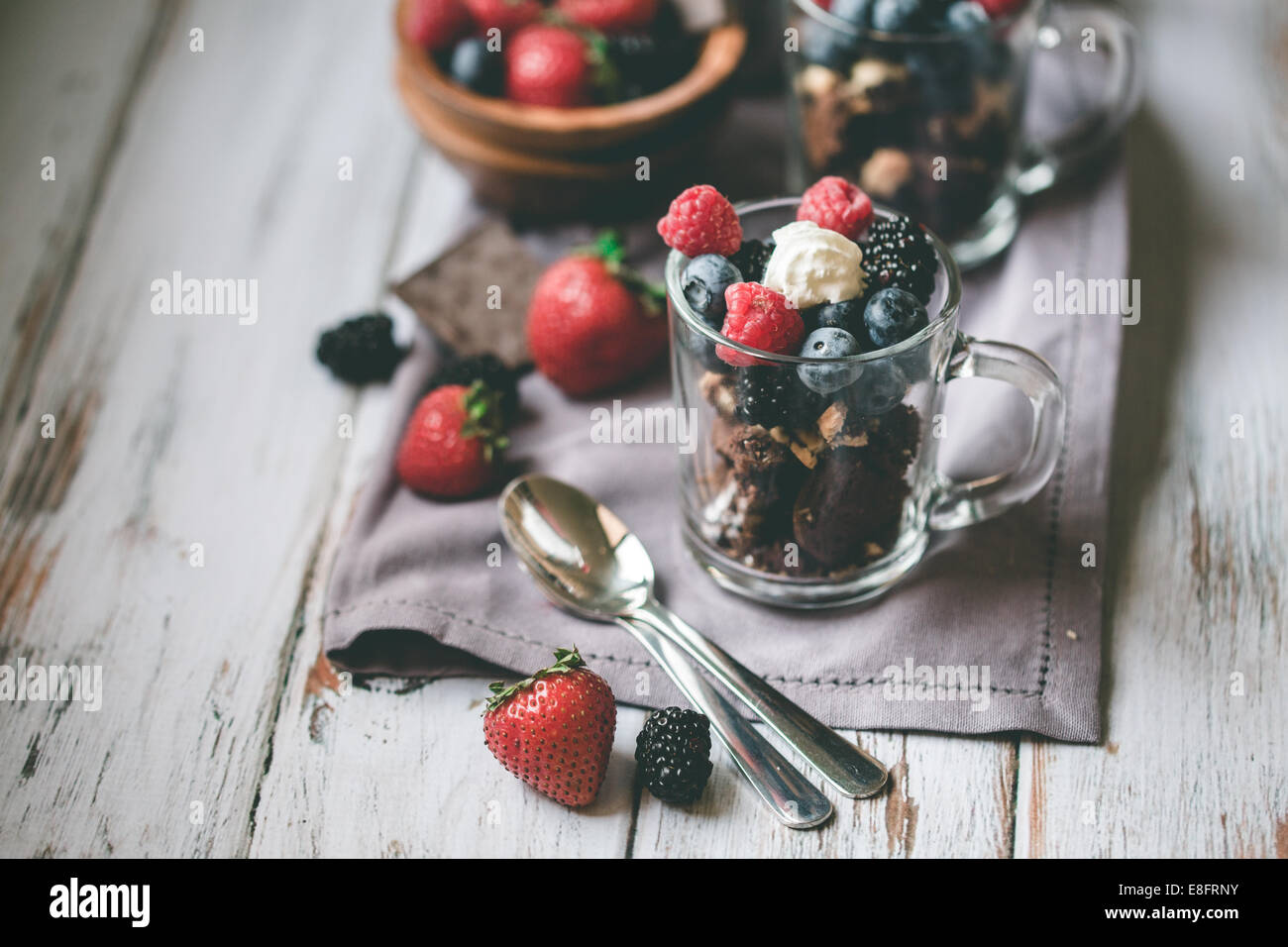 Cioccolato, torta, di bacche e di crema di latte Immagini Stock