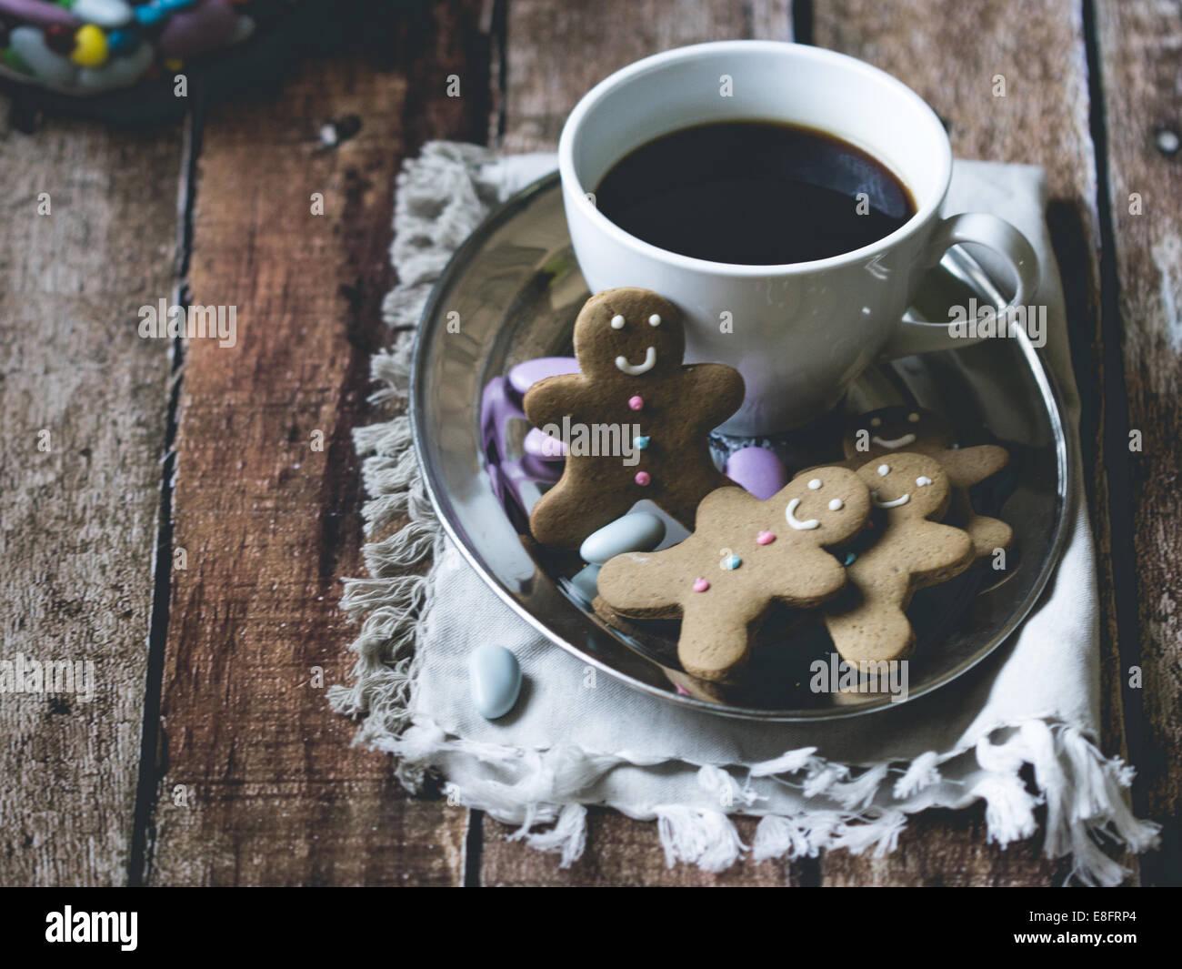 Il caffè e il pan di zenzero uomini Immagini Stock