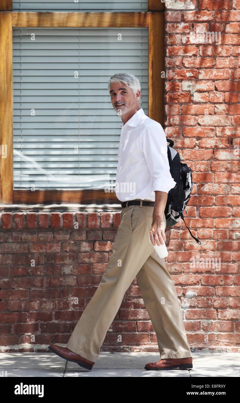 imprenditore a piedi edificio di passato foto immagine