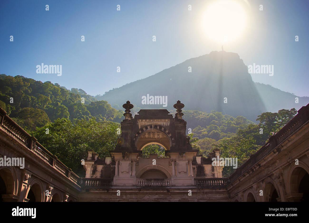 Vista distante della statua del Cristo Redentore, Rio de Janeiro, Brasile Immagini Stock