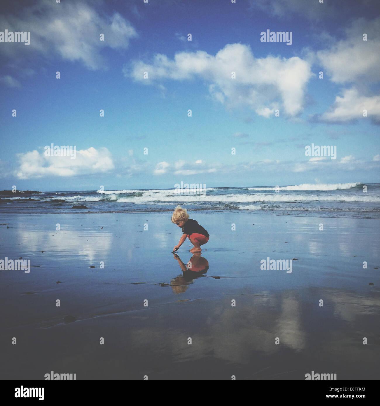 Ragazzo giocando sulla spiaggia, california, america, STATI UNITI D'AMERICA Immagini Stock
