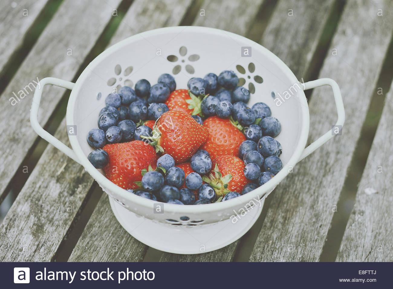 Colapasta con fragole e mirtilli Immagini Stock