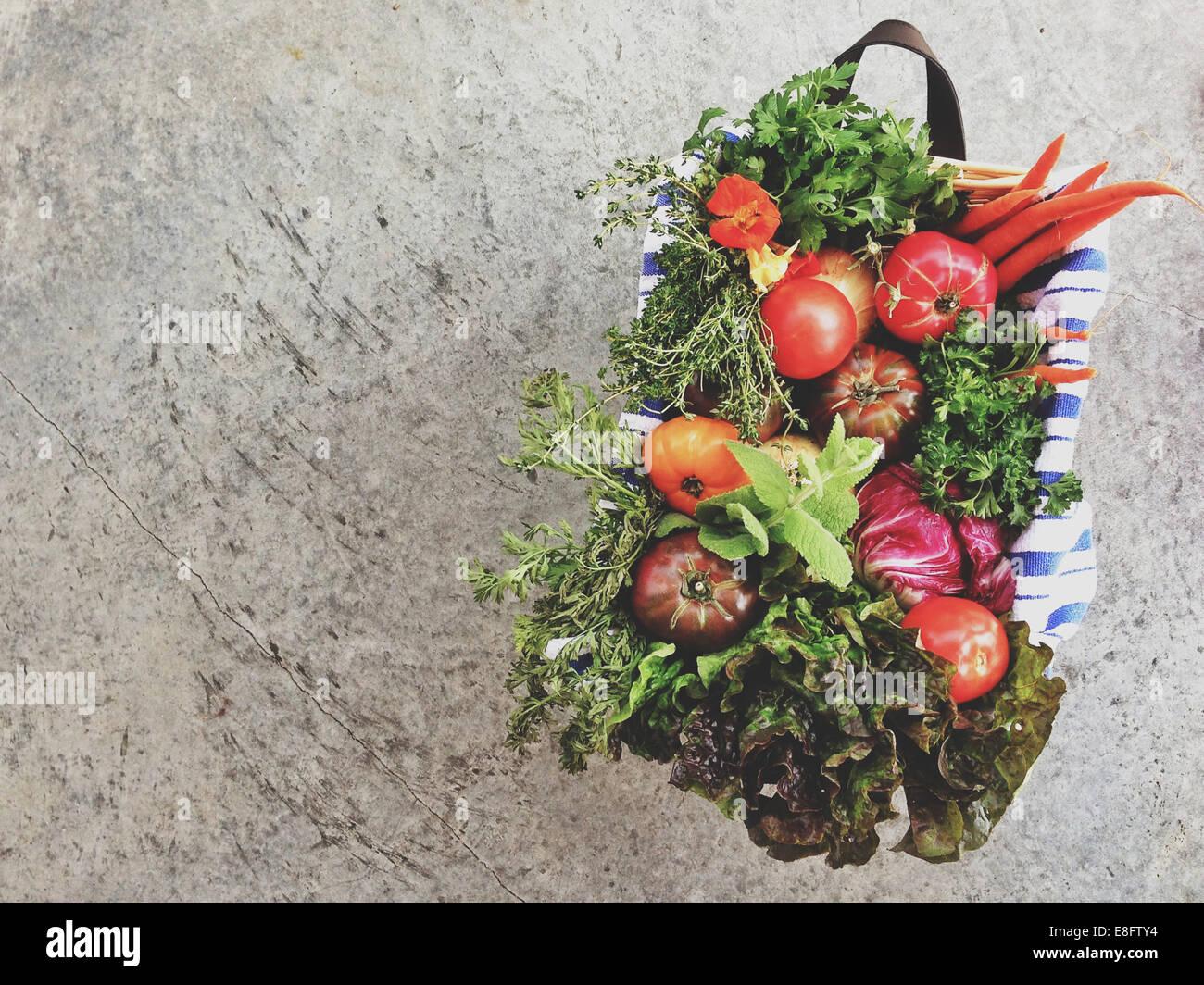Cesto di frutta sani e verdure Immagini Stock