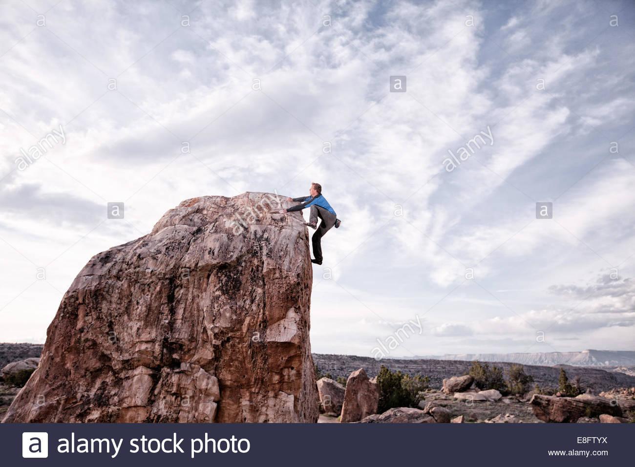 Uomo rock climbing, Colorado, America, STATI UNITI D'AMERICA Immagini Stock