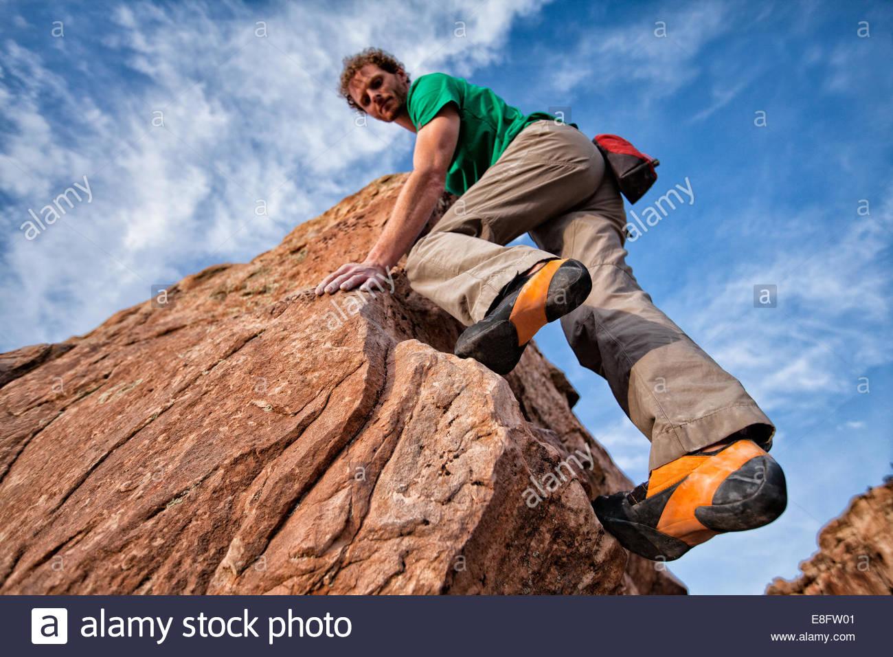 L'uomo bouldering, Colorado, America, STATI UNITI D'AMERICA Immagini Stock
