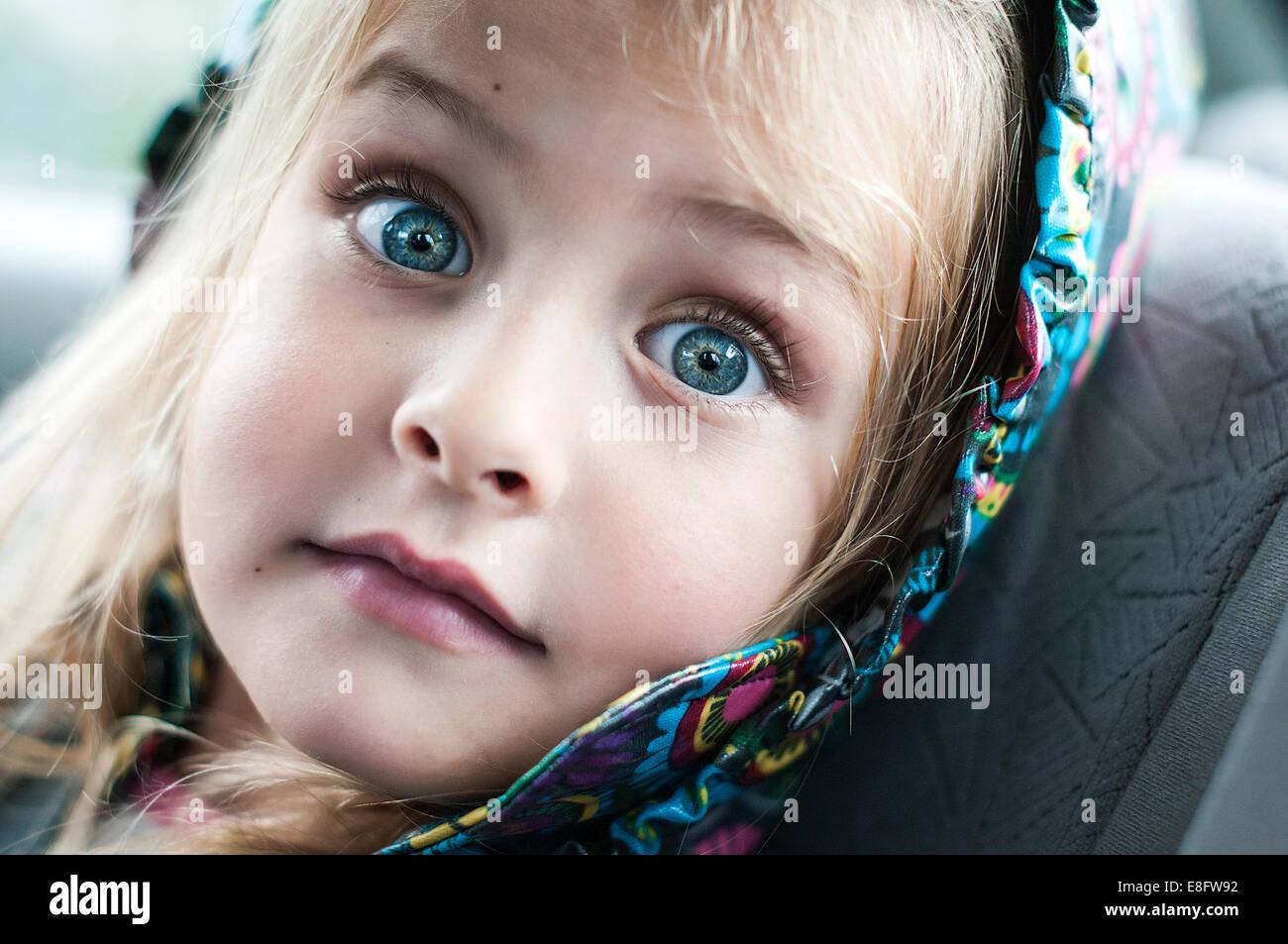 Ritratto di bambina con espressioni di sorpresa sul suo viso Immagini Stock