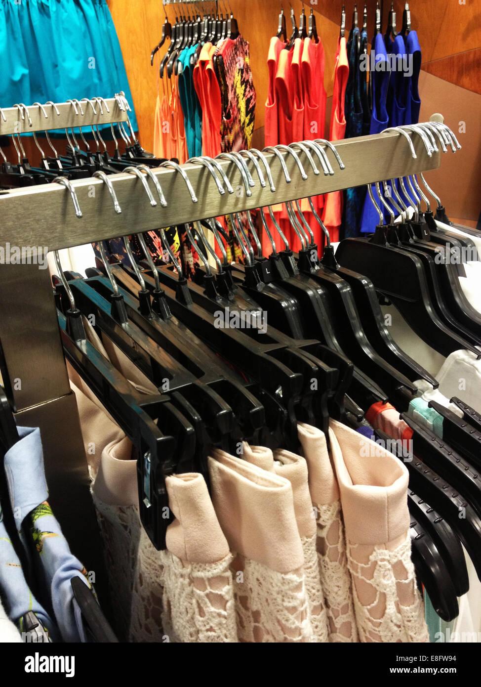b76b43938864 Capi di abbigliamento femminile su rotaie vestiti in negozio Immagini Stock