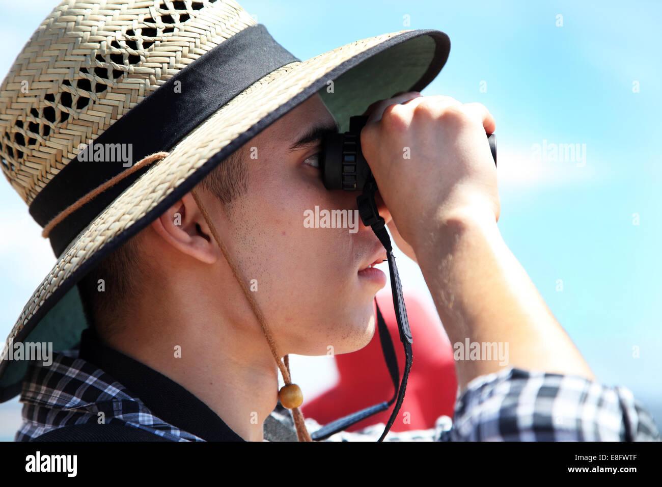 Australia, Nuovo Galles del Sud, Sydney, l'uomo cerca attraverso il binocolo Immagini Stock