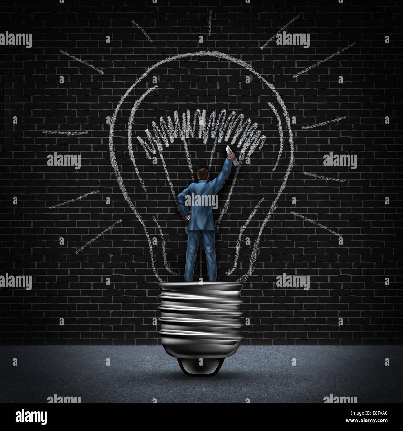 Lampadina della luce uomo il concetto di business come imprenditore in piedi in una luce di base e il disegno di Immagini Stock