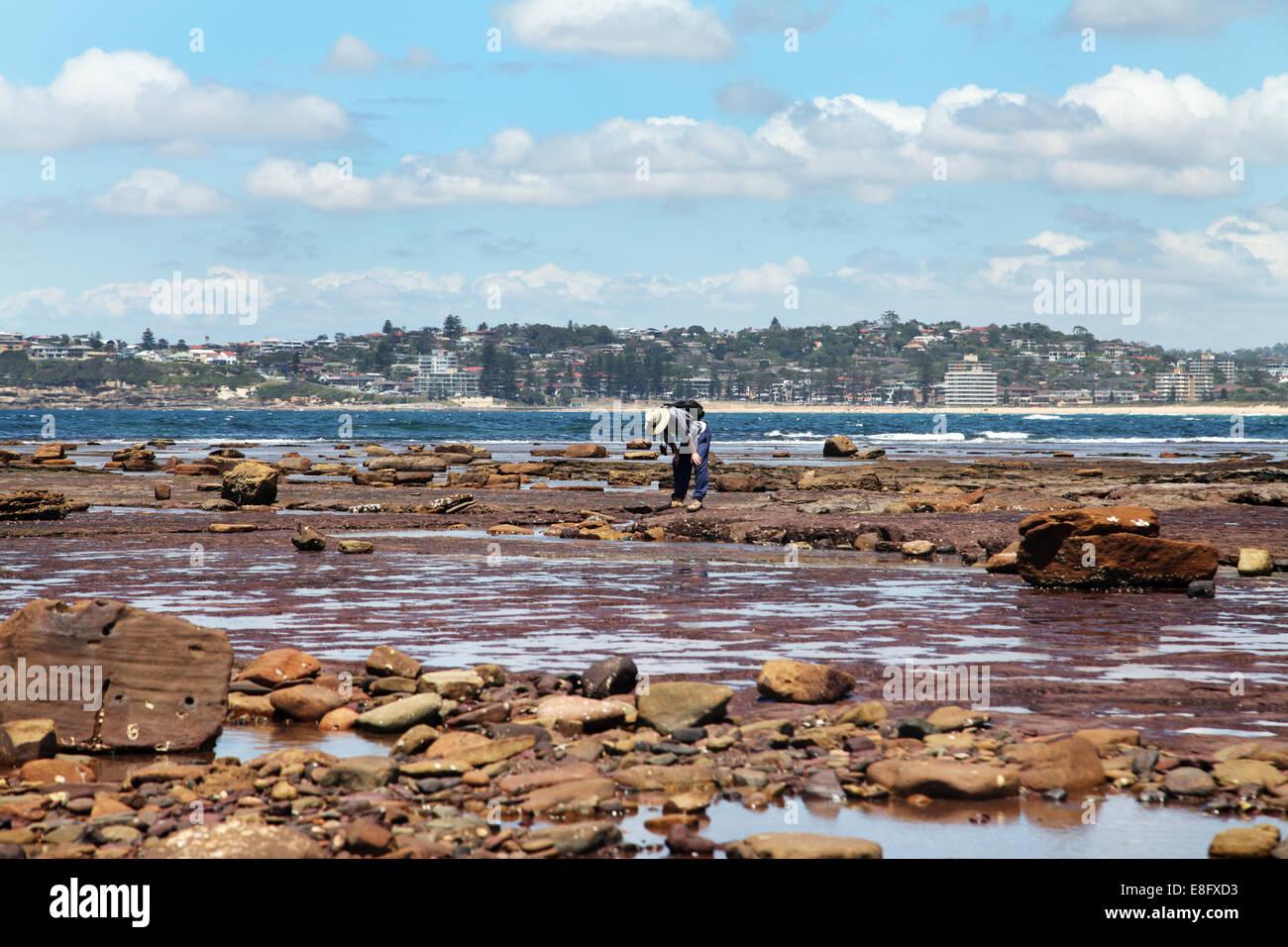 Australia, Nuovo Galles del Sud, Sydney, Man Standing dall' oceano Immagini Stock