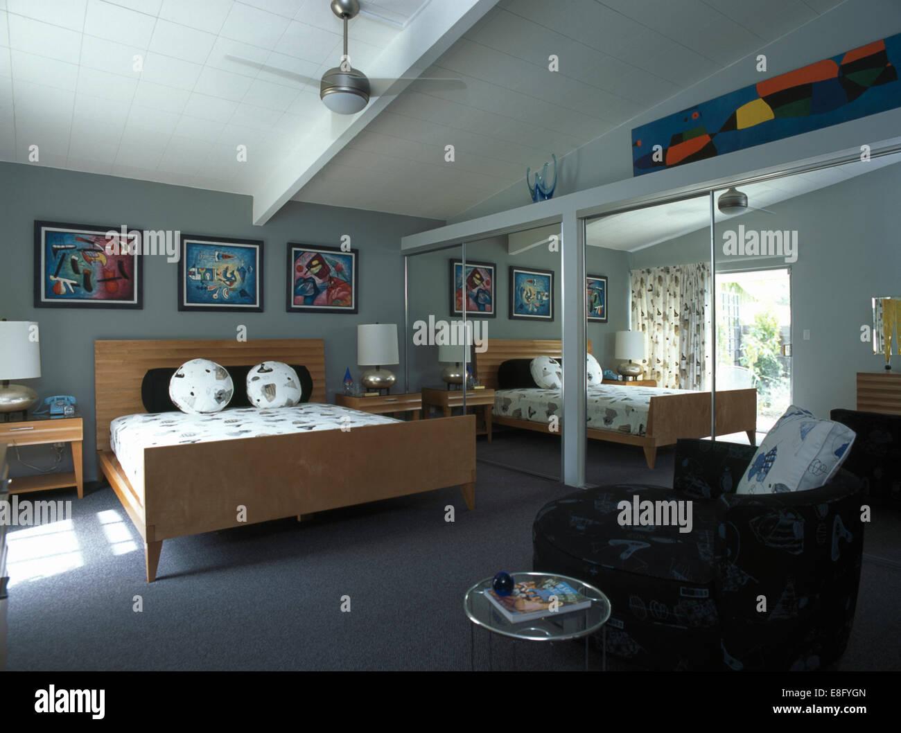 Camera Da Letto Grigio Chiaro : Porte a specchio su armadi in camera da letto moderno con legno