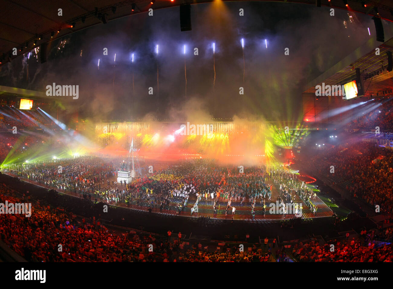 Vista generale (GV) dello stadio come fuochi d'artificio esplodere. Cerimonia di apertura - Celtic Park - Glasgow Immagini Stock