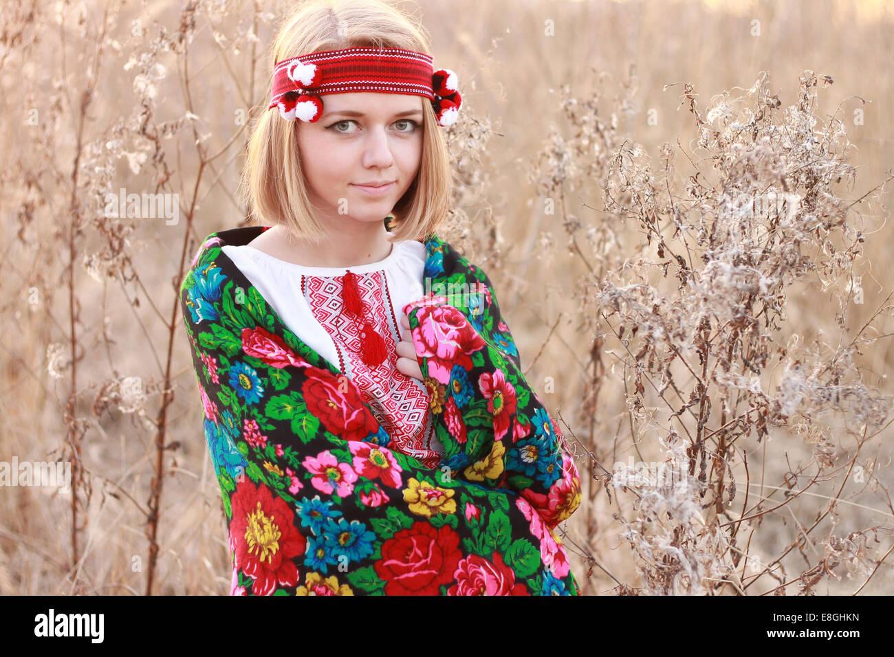 Ritratto di giovane donna indossa scialle tradizionale Immagini Stock