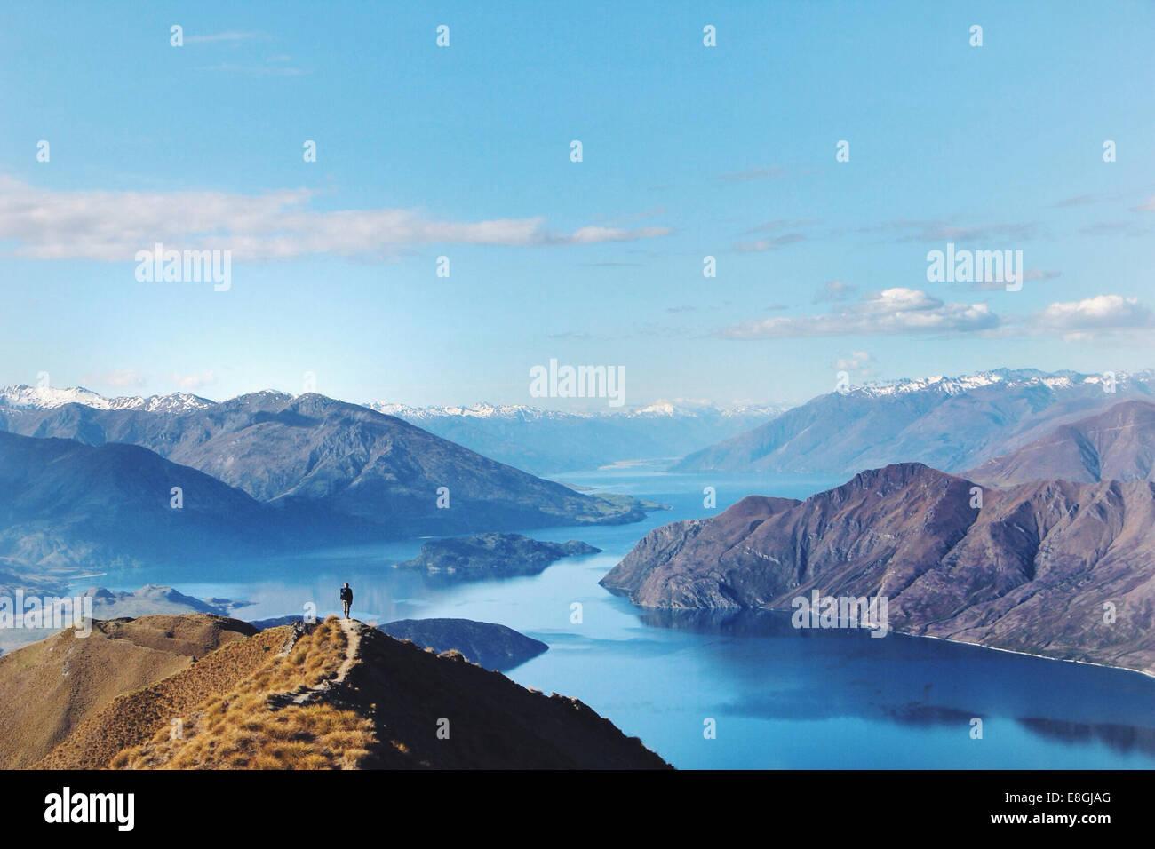 Donna in piedi sulla montagna, Canterbury, Nuova Zelanda Immagini Stock