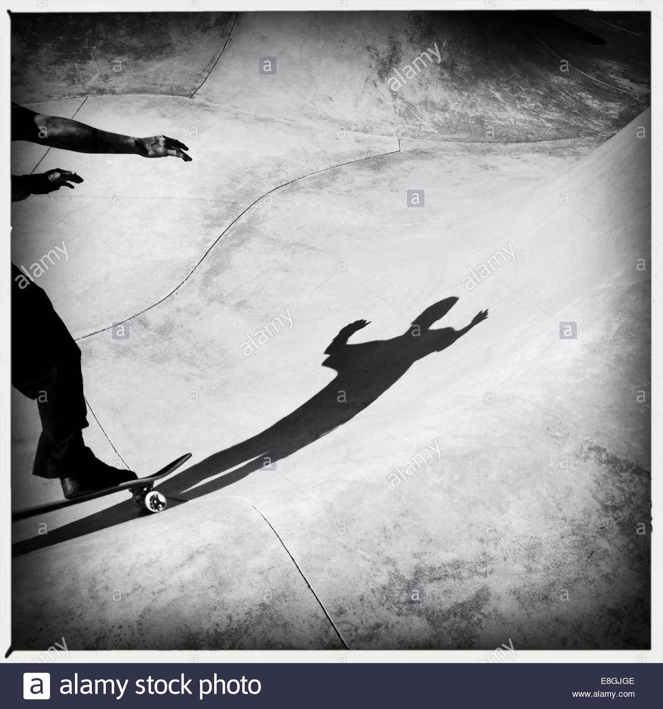 Ombra di un uomo lo skateboard Immagini Stock