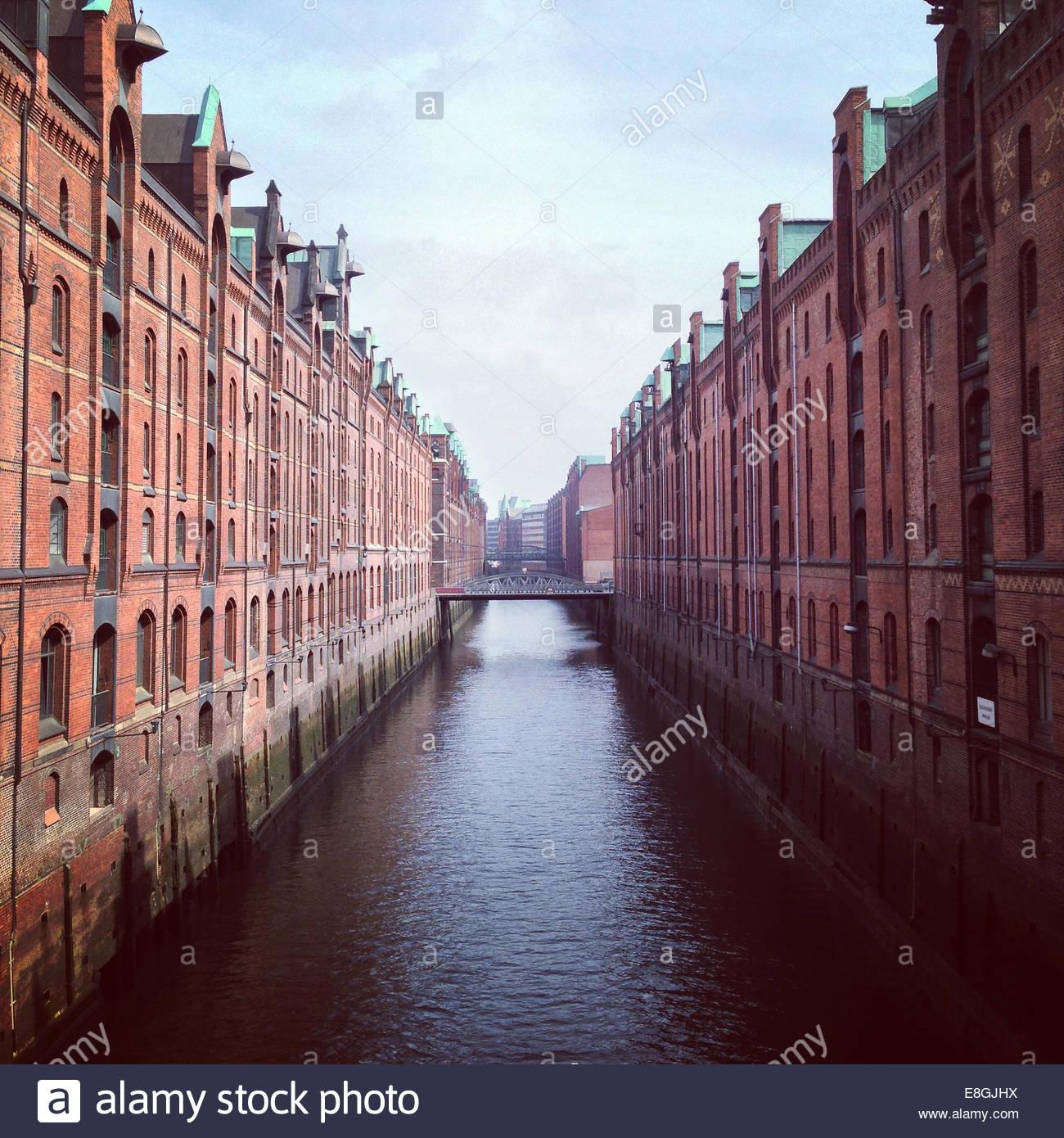 Canal tra gli edifici, Amburgo, Germania Immagini Stock