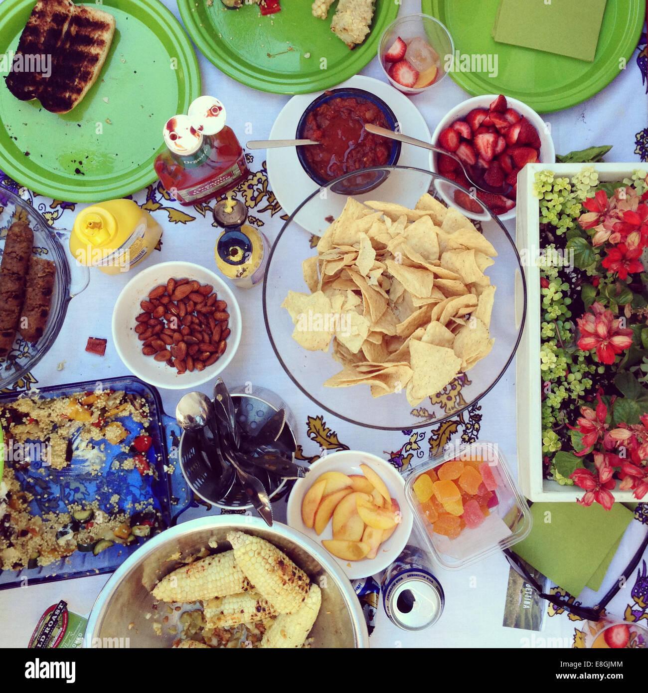 Tavolo con barbecue cibo Immagini Stock